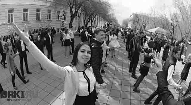 orenburg-ljudi-na-naberezhnoj СМИ Оренбурга и Оренбургской области Анализ - прогноз Оренбургская область