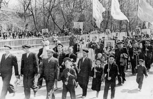 chapaevsk-pervomajskaja-demonstracija-v-1957-godu Город Чапаевск (Самарская область) Посреди РУ Самарская область